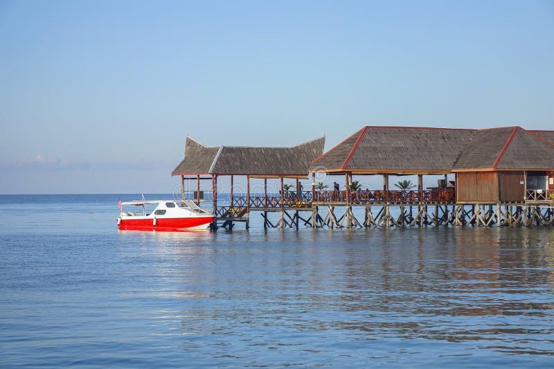 Chalé de flutuação bonito no céu azul do aand da ilha do mabul foto de stock royalty free