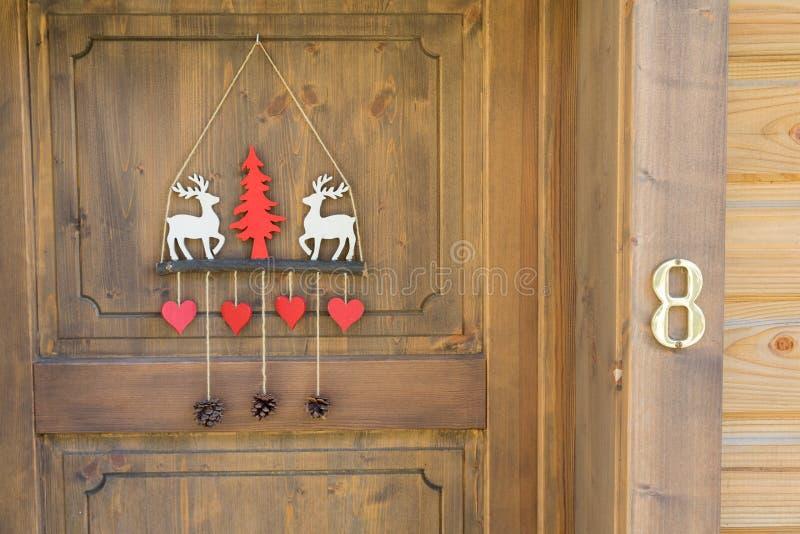 Chalé decorado da porta do esqui fotografia de stock royalty free