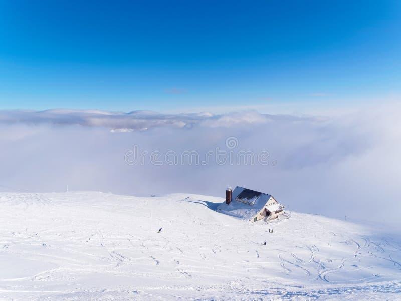 Chalé do cume em um dia de inverno foto de stock