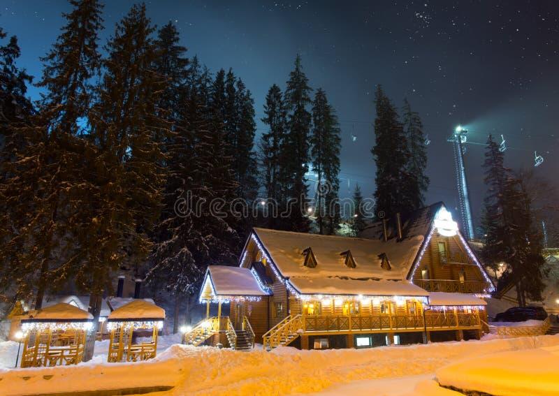 Chalé do esqui na noite fotos de stock