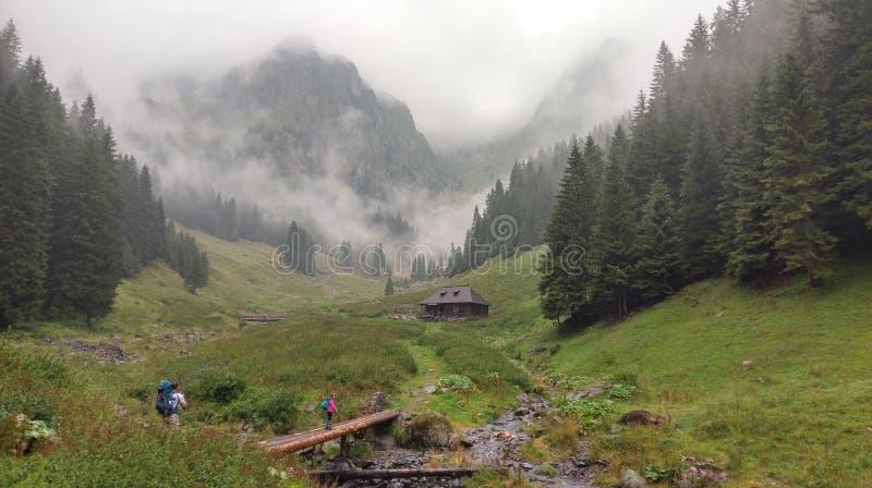 Chalé em montanhas foto de stock