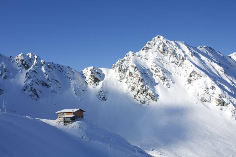 Chalé isolado nas montanhas imagens de stock royalty free