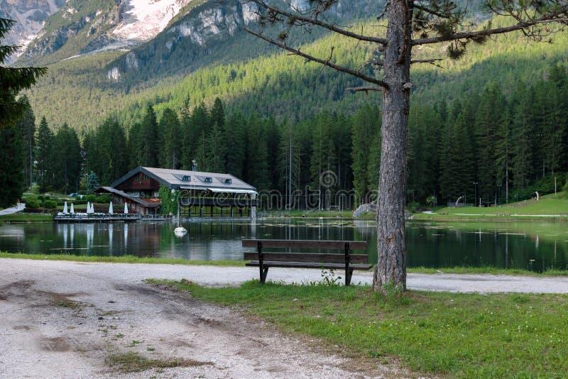 Chalé no lago Mosigo em San Vito di Cadore dentro do italiano Dolom fotografia de stock royalty free