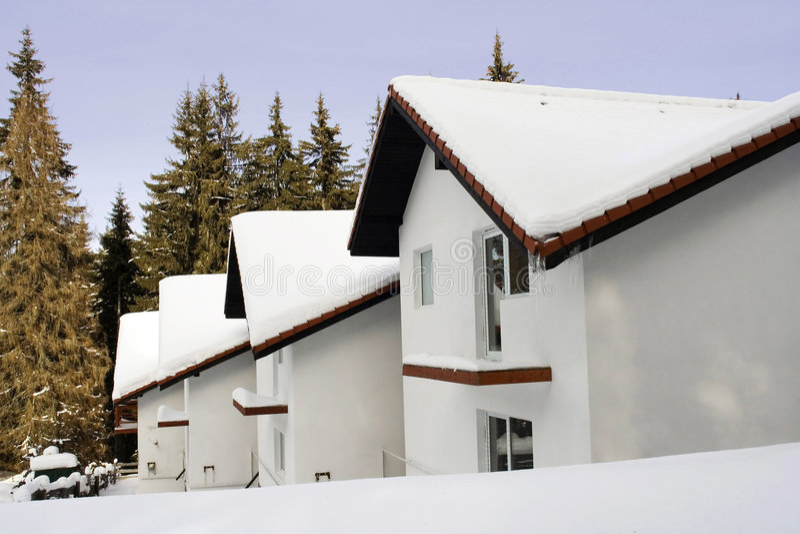 Chalés cobertos com a neve imagens de stock royalty free