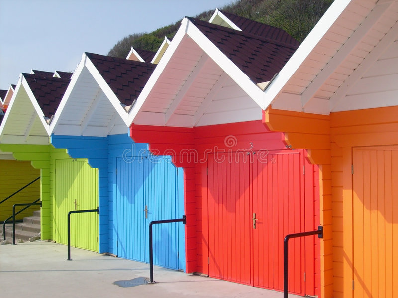 Chalés coloridos da praia pelo beira-mar imagem de stock royalty free