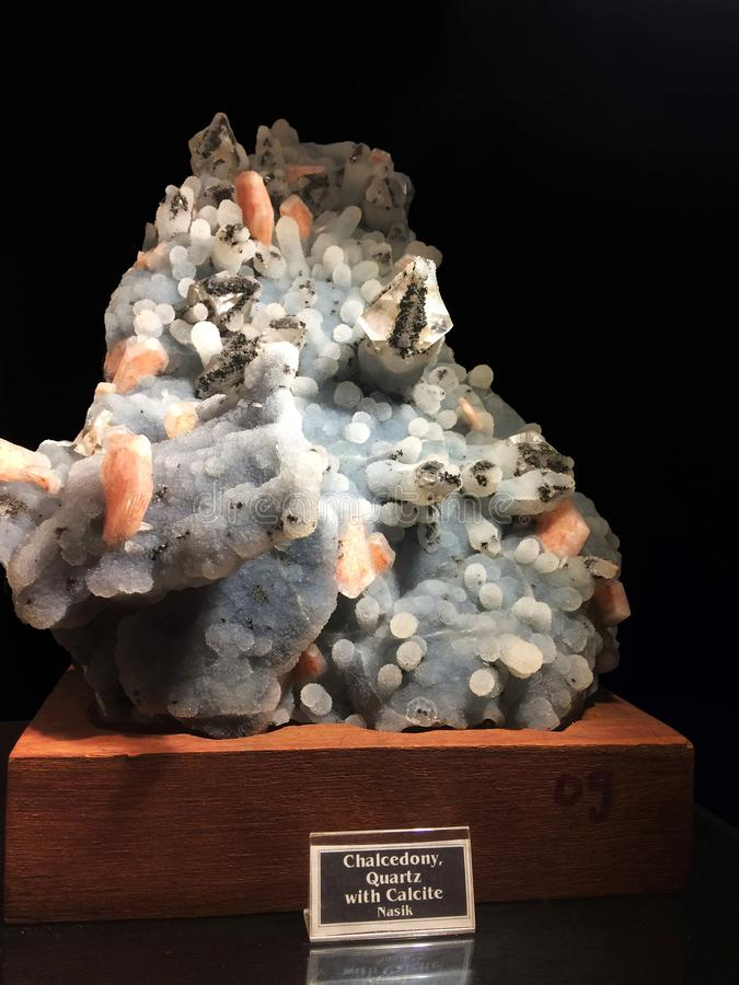 Chalcedony, χαλαζίας με Calcite από Nashik, μουσείο Gargoti, αμαρτωλός, Maharashtra, Ινδία στοκ εικόνες