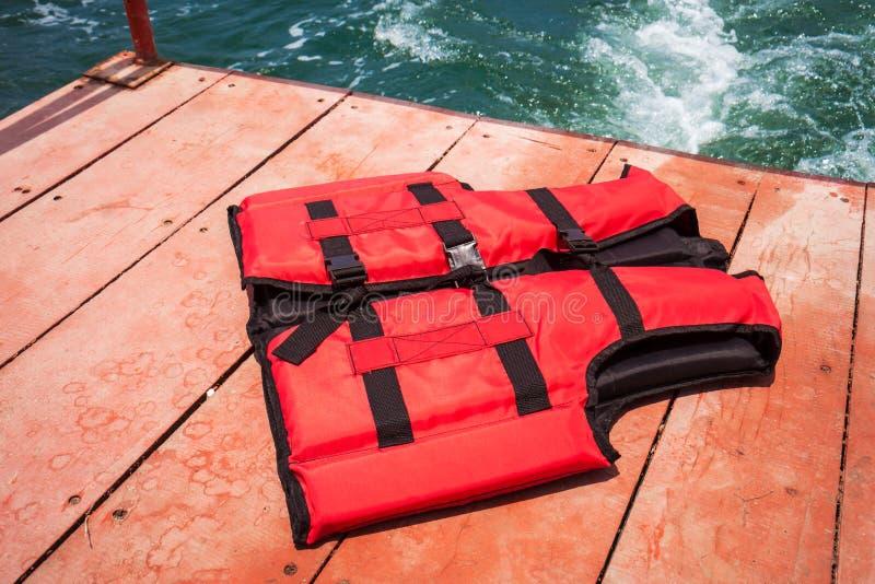 Chaleco salvavidas rojo en el barco imagenes de archivo