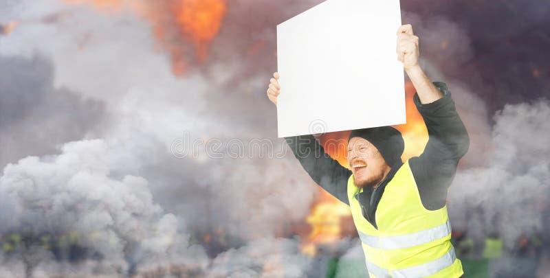 Chalecos amarillos de las protestas Un hombre joven está sosteniendo un cartel en la calle Concepto de la revolución y de la prot imagenes de archivo