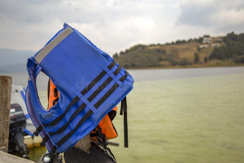 Chalecos salvavidas que cuelgan a partir de un poste fotografía de archivo libre de regalías
