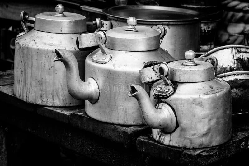 Chaleira de alumínio para o chá indiano do masala imagens de stock royalty free