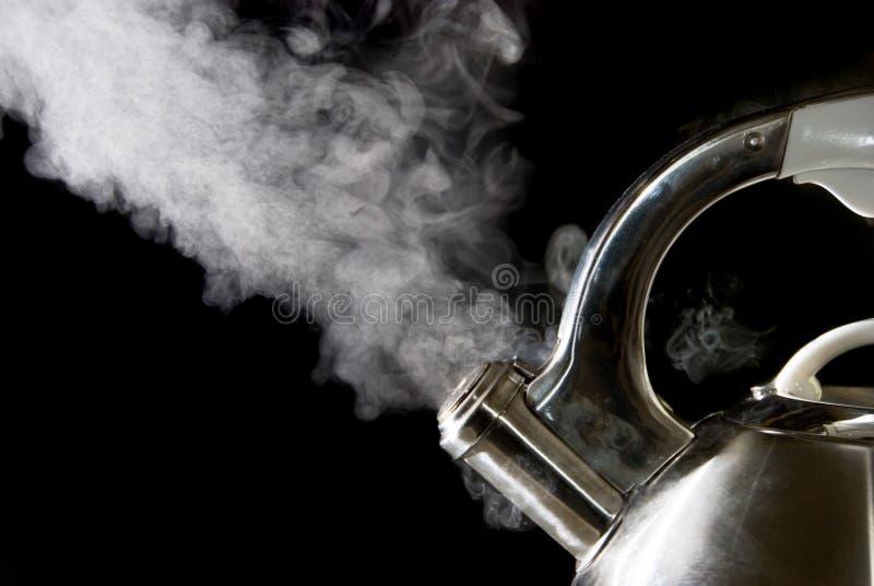 Chaleira de chá com água de ebulição imagem de stock royalty free