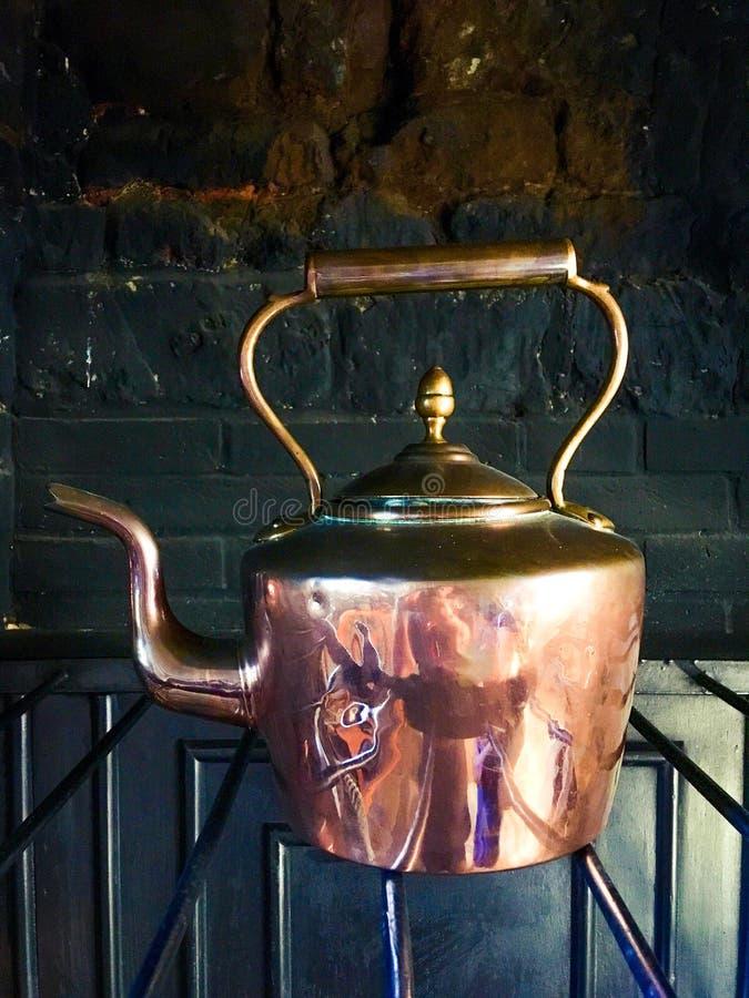 Chaleira de cobre antiga imagem de stock