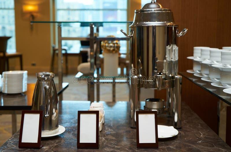 Chaleira do potenciômetro e do café da água quente com os cartões vazios para o texto fotografia de stock