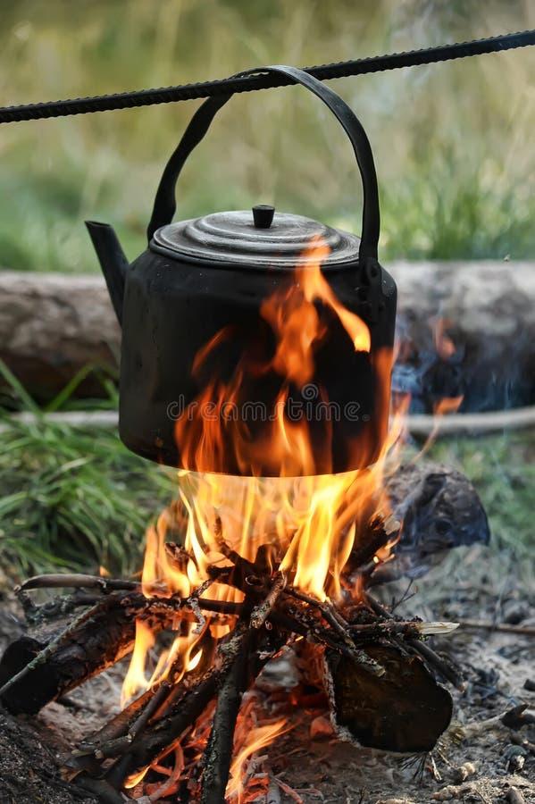 Chaleira em um incêndio foto de stock