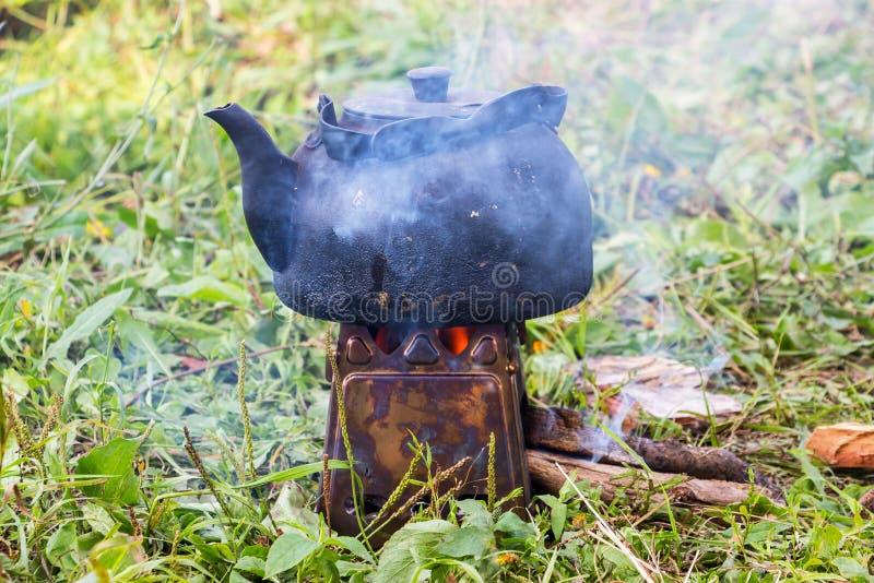 A chaleira fumado é caloroso imagens de stock royalty free