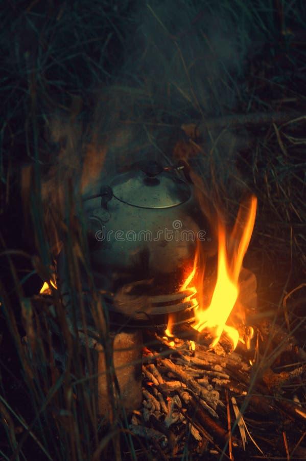 Chaleira no fogo imagens de stock royalty free