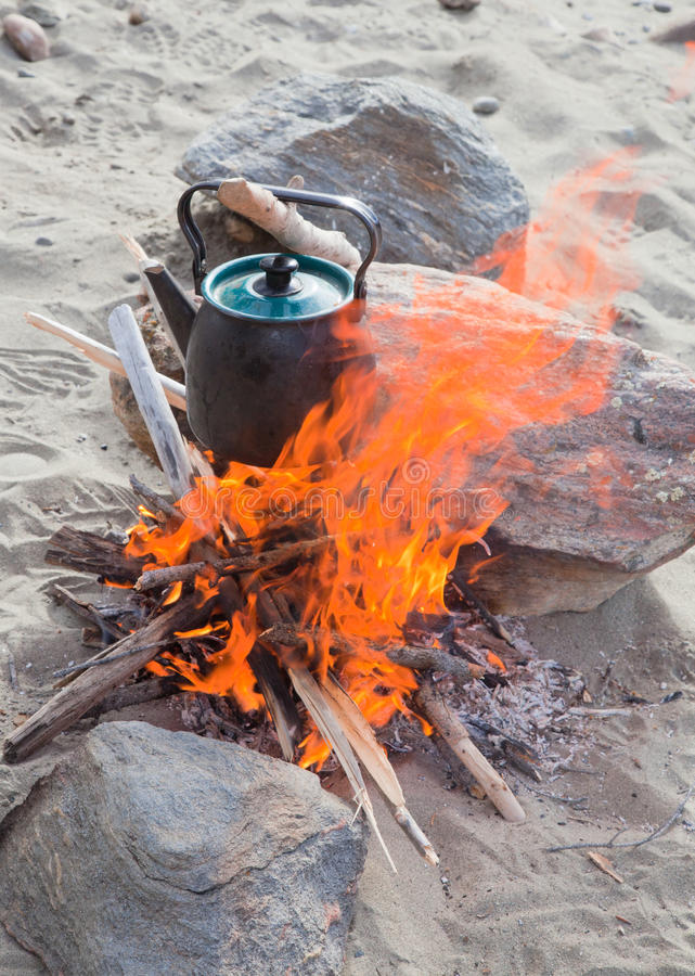 Chaleira no incêndio fotografia de stock