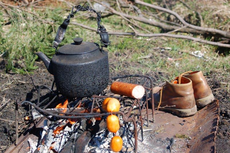 Chaleira no incêndio de acampamento imagens de stock royalty free