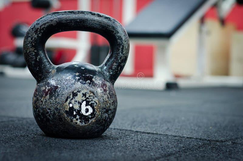 Chaleira velha e oxidada Bell no assoalho do gym imagem de stock royalty free
