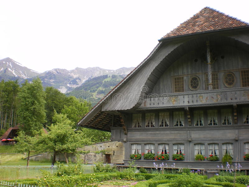Chalet alpino svizzero antico fotografie stock libere da diritti