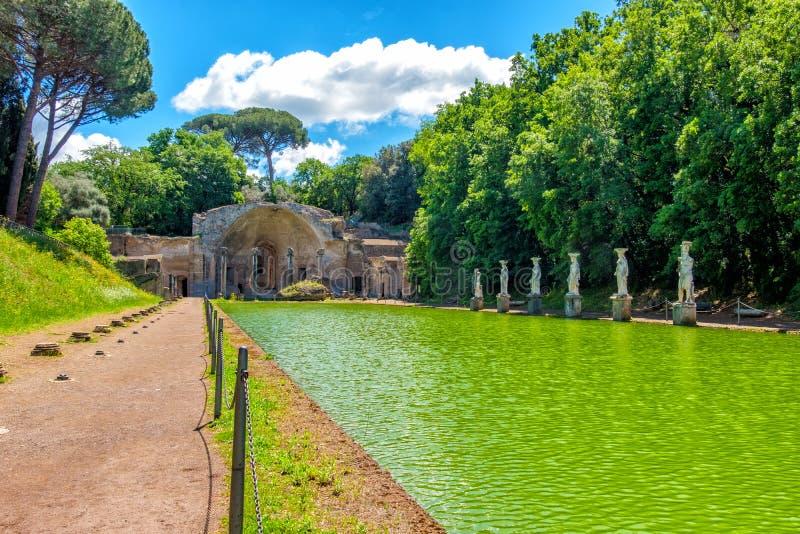Chalet arqueológico italiano Adriana del sitio o chalet de Hadrians en piscina y templo del área de Serapeo Canapeo o de Canopus  fotografía de archivo