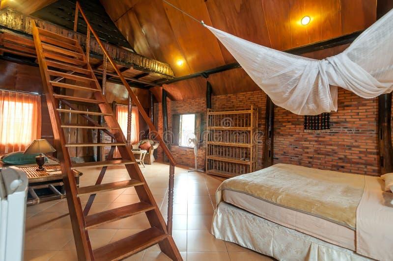 Chalet artístico y limpio del dormitorio con el sitio del estilo de Bataknese foto de archivo libre de regalías
