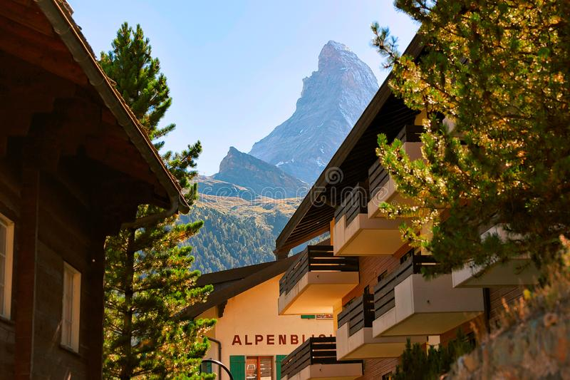 Chalet av semesterortstaden Zermatt med det Matterhorn berget Schweiz CH arkivbild