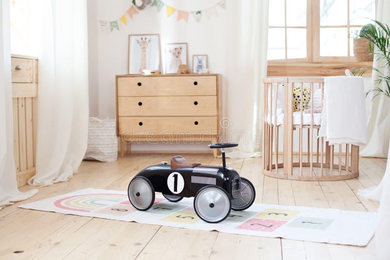 Chalet Baby Bedroom Interior con la culla fresca Stanza di colore giallo-marrone chiaro con cotone di legno Design elegante Moder fotografia stock