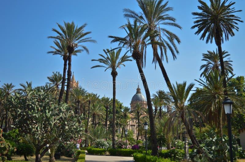 Chalet Bonanno, el parque público con palmtrees cerca de la catedral en el centro de Palermo, Sicilia, Italia imagen de archivo