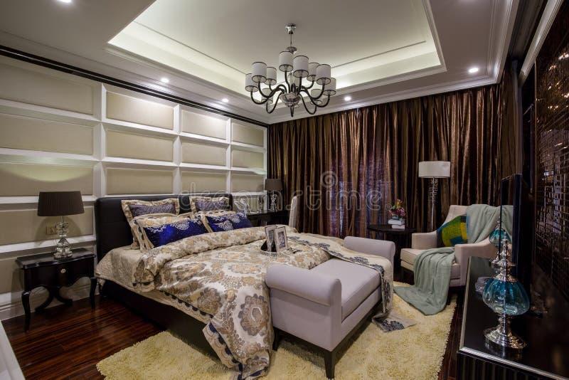 Chalet casero interior de lujo moderno del dormitorio del diseño foto de archivo libre de regalías