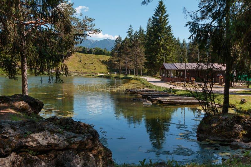 Chalet dans le lac Mosigo en San Vito di Cadore à l'intérieur d'Italien Dolom images stock