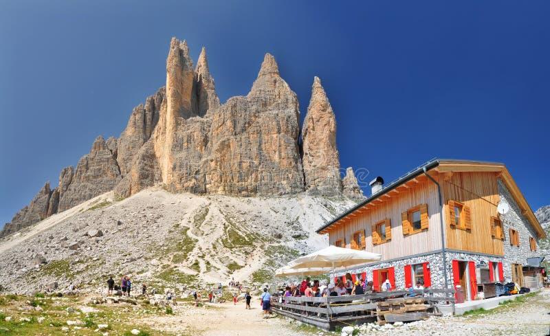 Chalet de Lavaredo en montañas de las dolomías imagenes de archivo