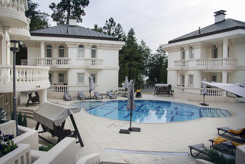 Chalet de lujo con la piscina imagenes de archivo