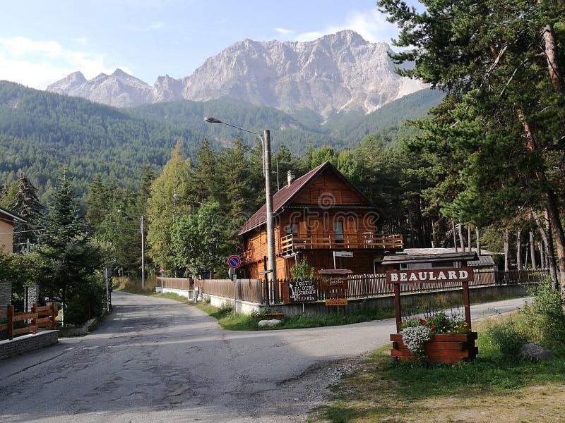 Chalet de madera en una pequeña ciudad del Val de Suza en Italia imágenes de archivo libres de regalías
