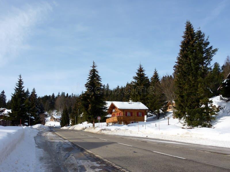 Chalet de montagne par l'hiver photographie stock