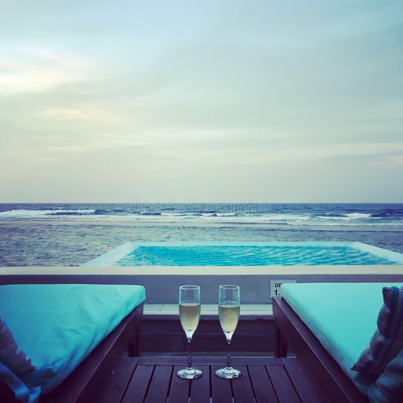Chalet del agua con la piscina en Maldivas Momentos de la luna de miel fotografía de archivo libre de regalías