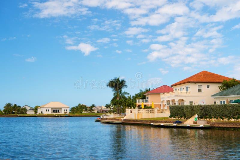 Chalet del verano de George Town, Islas Caimán Opinión sobre el chalet del verano del mar Casas del chalet del verano en el cielo fotos de archivo libres de regalías