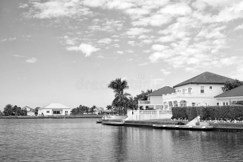 Chalet del verano de George Town, Islas Caimán Opinión sobre el chalet del verano del mar Casas del chalet del verano en el cielo imagen de archivo libre de regalías