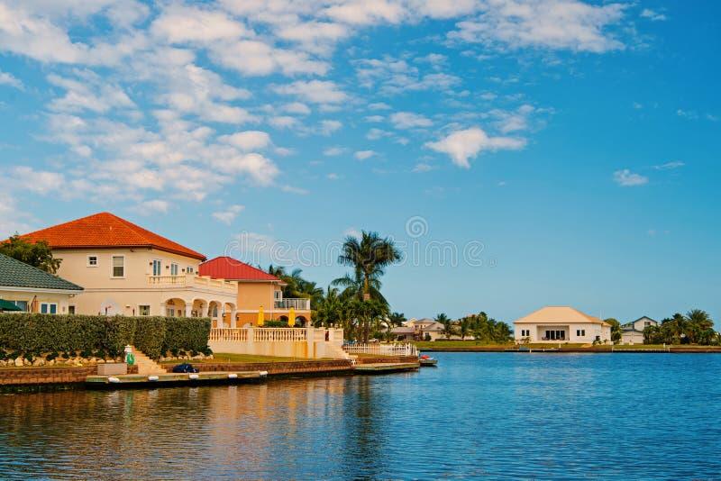 Chalet del verano de George Town, Islas Caim?n Opini?n sobre el chalet del verano del mar Casas del chalet del verano en el cielo imágenes de archivo libres de regalías
