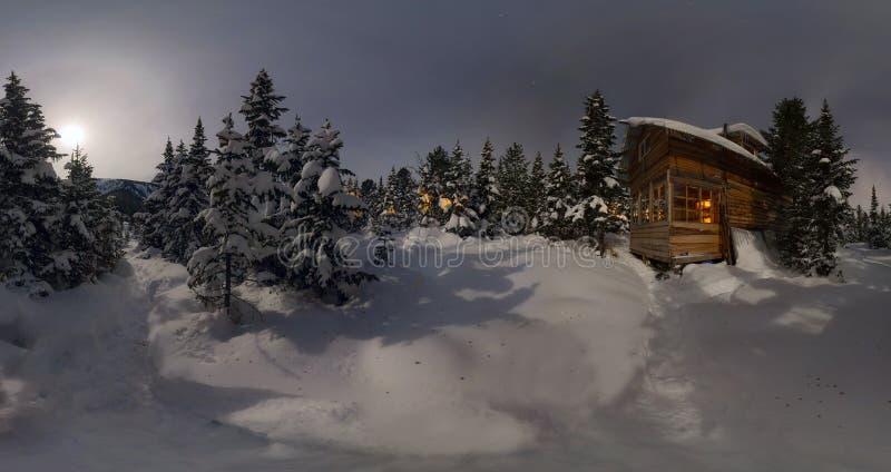 Chalet della casa di panorama durante precipitazioni nevose nell'inverno degli alberi anteriore fotografia stock libera da diritti
