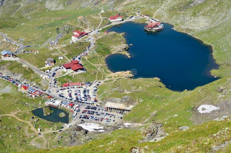 Chalet della montagna sul lago glaciale fotografie stock