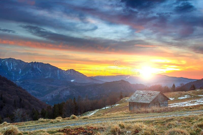 Chalet desvencijado y puesta del sol hermosa, montañas de Ciucas, Cárpatos, Rumania, Europa fotografía de archivo