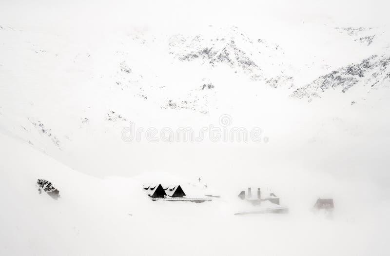 Chalet di legno del paesaggio spettacolare di inverno in montagne di Fagaras fotografia stock