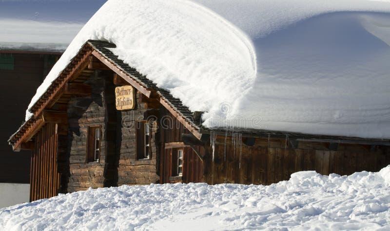 Chalet di legno Snowbound immagini stock
