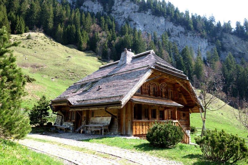 Chalet di legno storico nelle alpi svizzere immagine stock