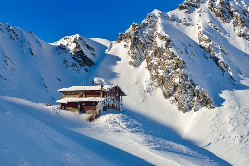 Chalet durante l'inverno nel lago nelle montagne di Fagaras, Romania Balea immagine stock