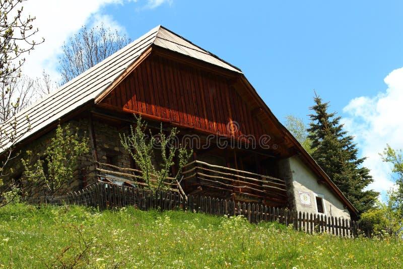 Chalet en la pequeña aldea Dormillouse en los Altos Alpes franceses imagenes de archivo