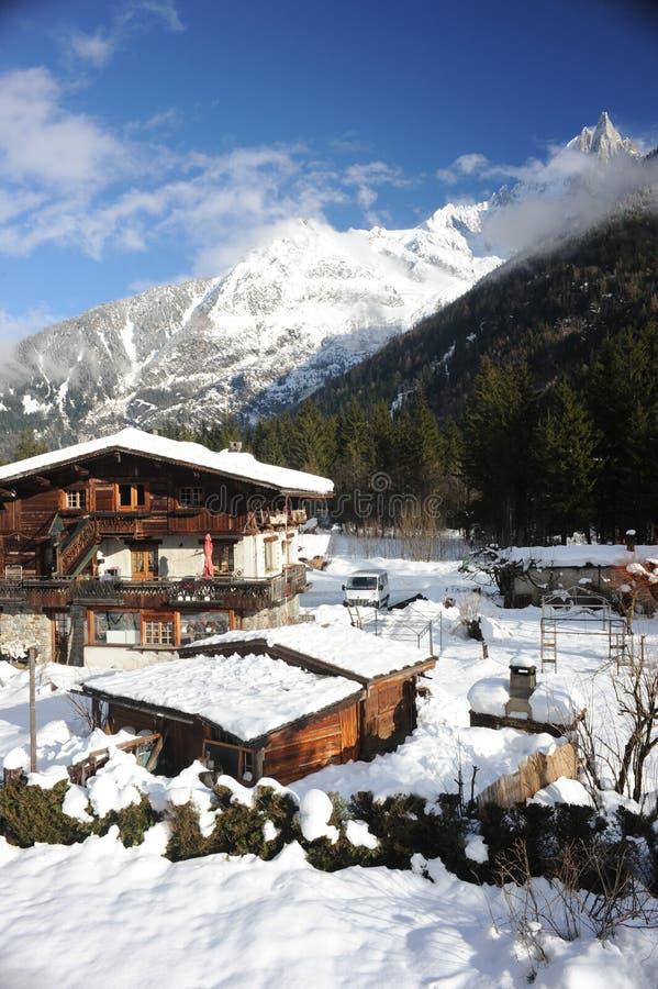 Chalet en las montañas francesas en Chamonix con un panorama de las montañas cubiertas en nieve en invierno imagenes de archivo