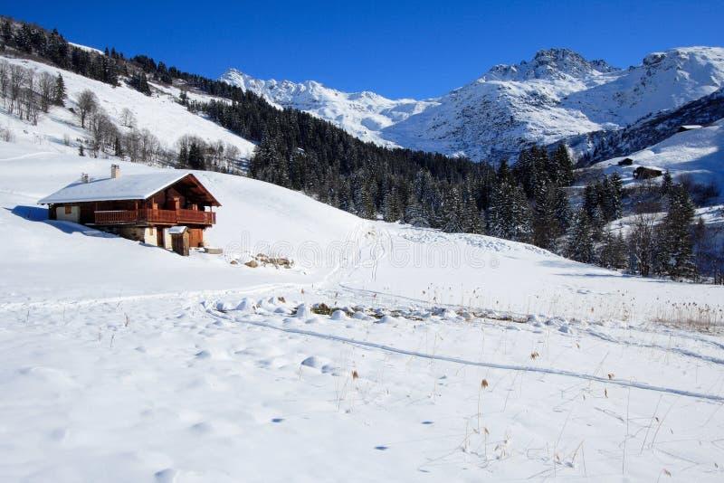 chalet en sneeuw stock afbeelding