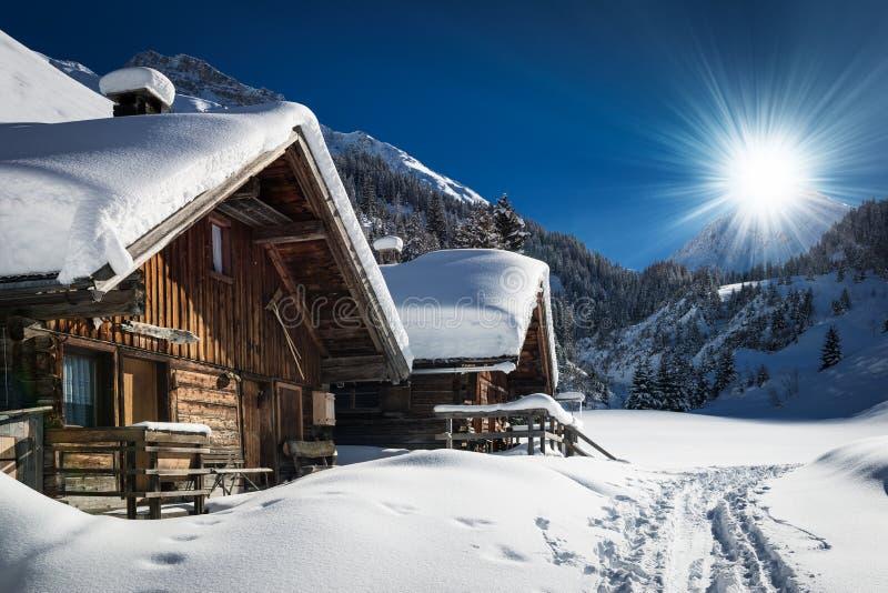 Chalet et carlingue de ski d'hiver en montagne de neige photo stock